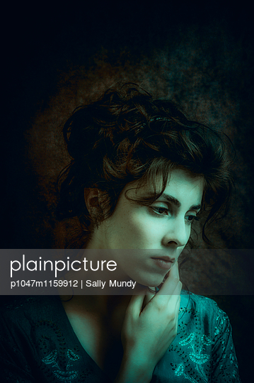 Head and shoulder portrait of a beautiful woman with tousled hair - p1047m1159912 by Sally Mundy