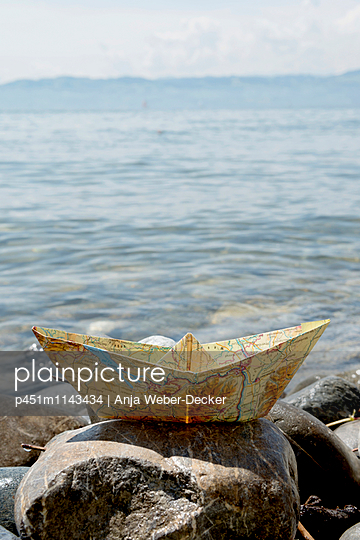 Papierschiffchen aus Landkarte - p451m1143434 von Anja Weber-Decker