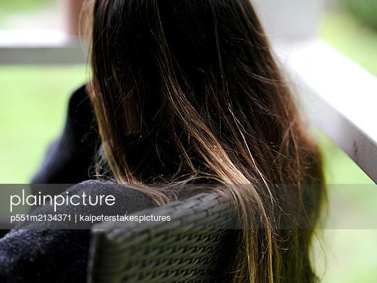 Rückansicht Frau mit langen Haaren - p551m2134371 von Kai Peters