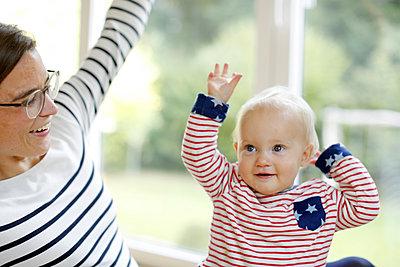 Mutter spielt mit kleiner Tochter - p1258m2021272 von Peter Hamel