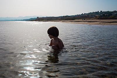 Child by the sea - p1623m2290985 by Donatella Loi
