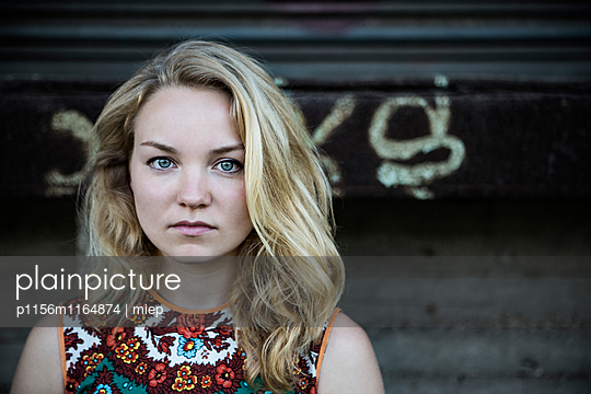 Portrait junge Frau - p1156m1164874 von miep