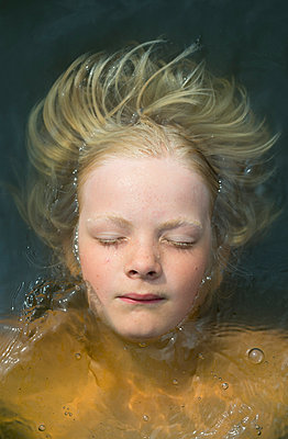 Child in the water - p1132m931851 by Mischa Keijser