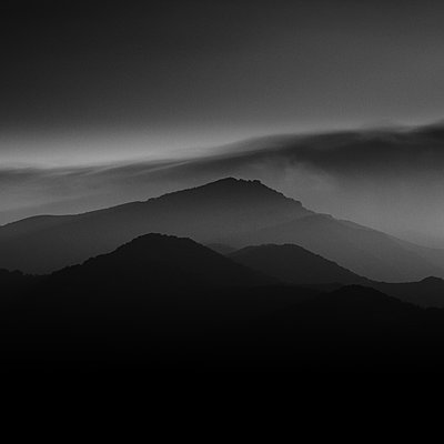 Haze over mountainscape before sunset, Izu Peninsula, Japan - p1166m2157068 by Cavan Images