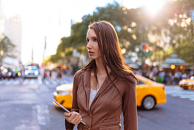 USA, New York, Manhattan, young businesswoman with tablet watching something - p300m1355903 by Boy photography