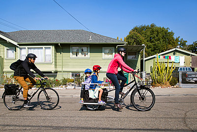 Family travelling by bycicle - p756m2087337 by Bénédicte Lassalle