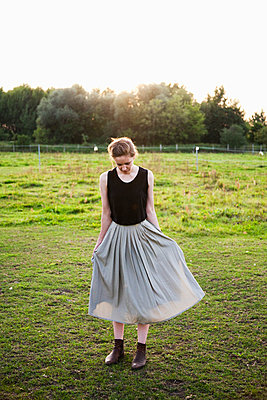 Young woman wearing pleated skirt - p1008m1169085 by Valerie Schmidt
