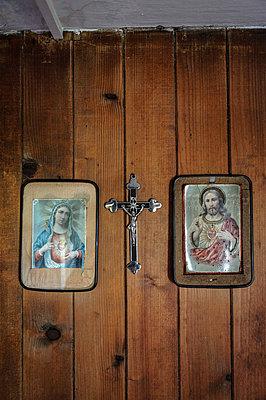 Kruzifix und Heiligenbilder - p422m1072240 von Büro Monaco