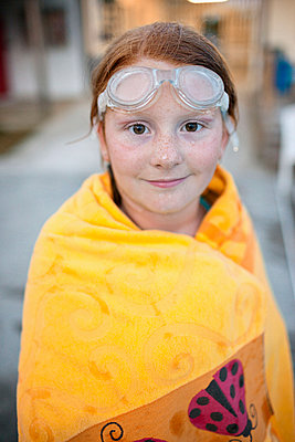 Portrait of Caucasian girl wrapped in towel after swimming - p555m1303526 by Jeff Greenough