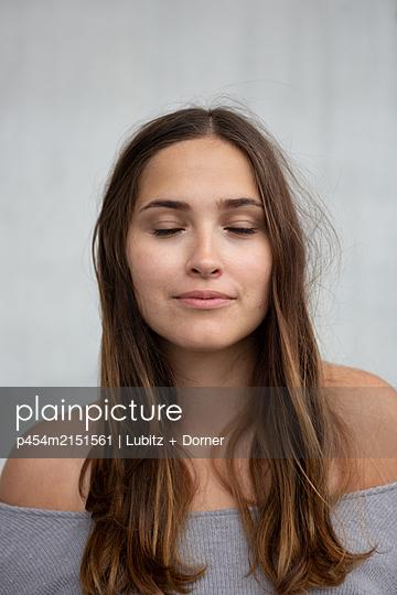 Taking a deep breath - p454m2151561 by Lubitz + Dorner