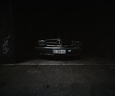Mercedes in Garage - p1123m1104392 von Johannes Kruse