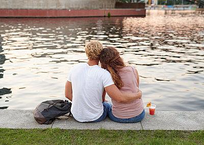 Junges Paar an der Spree - p1124m1463351 von Willing-Holtz