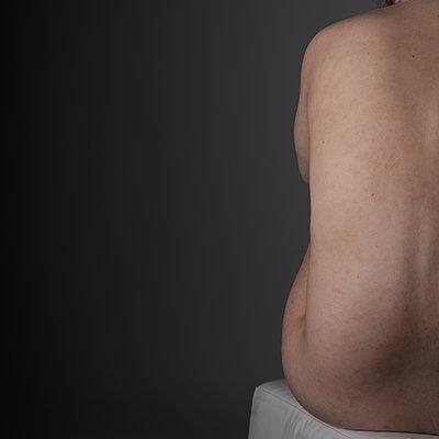 Rücken einer nackten sitzenden Frau  - p1383m2185930 von Wolfgang Steiner