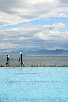 Schwimmbad mit Fjordblick - p470m1004949 von Ingrid Michel