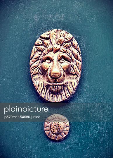 Löwenkopf an einer Haustür - p879m1154680 von nico