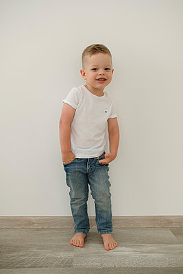 Boy with hands in pockets, stay at home due to Covid-19 - p1363m2178822 by Valery Skurydin