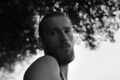 Portrait eines Mannes im Gegenlicht - p1519m2124743 von Soany Guigand
