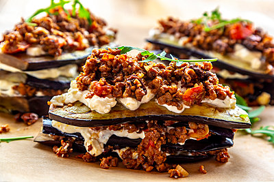 Aubergine lasagne on baking paper, vegetarian - p300m1586973 by Sandra Roesch
