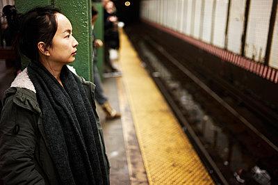 Frau am Bahnsteig - p584m960452 von ballyscanlon