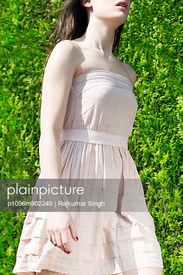 Frau im Sommerkleid - p1096m902249 von Rajkumar Singh