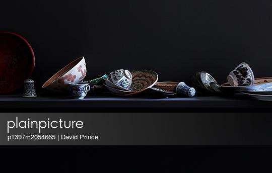 Regal mit verschiedenen Gegenständen - p1397m2054665 von David Prince