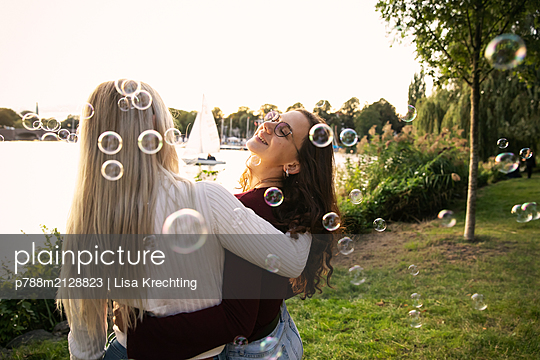 Best friends have fun on the banks of the Alster - p788m2128823 by Lisa Krechting
