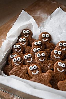 Smiling Gingerbread Men in Box - p1262m1083727 by Maryanne Gobble