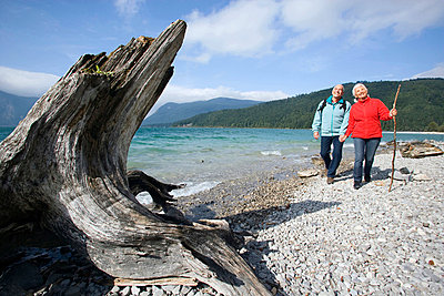 Germany, Bavaria, Walchensee, Senior couple hiking on lakeshore - p3007276f by Westend61