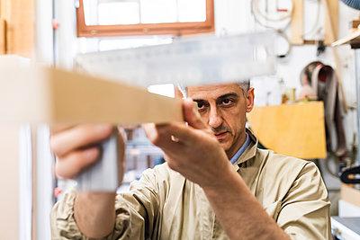 Mature man working at workshop - p300m2294035 by Eugenio Marongiu