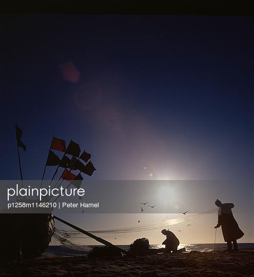 Fischer kehren vom Fang zurück - p1258m1146210 von Peter Hamel