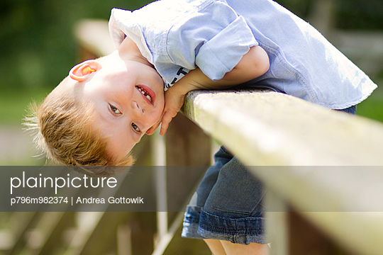 Junge im Sommer - p796m982374 von Andrea Gottowik