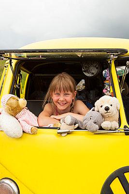 Mädchen im gelben VW Bus - p045m1462264 von Jasmin Sander