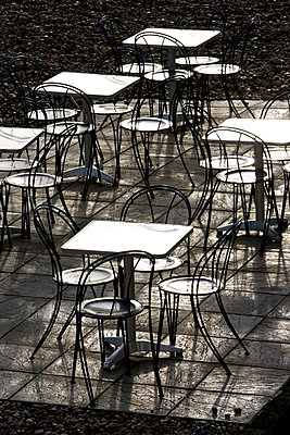 Deserted tables and chairs out of season on Brighton beach, South Coast,  England, United Kingdom - p871m837900 by Tim Graham