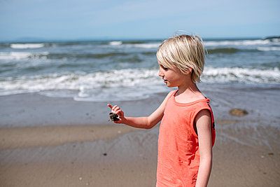USA, California, Ventura, Boy holding small crab on beach - p924m2283071 by Viara Mileva