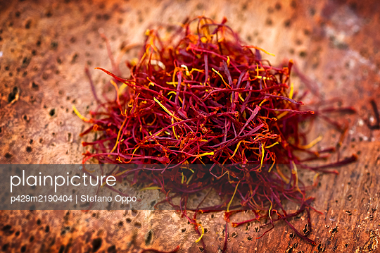 High angle close up of Saffron pistils. - p429m2190404 by Stefano Oppo