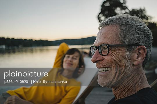 Portrait of mature couple at Lake Baldeneysee - p586m2109201 by Kniel Synnatzschke