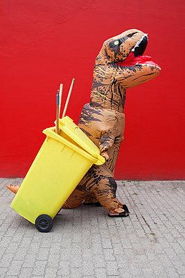 Dinosaurier zieht Mülltonne - p045m2013579 von Jasmin Sander