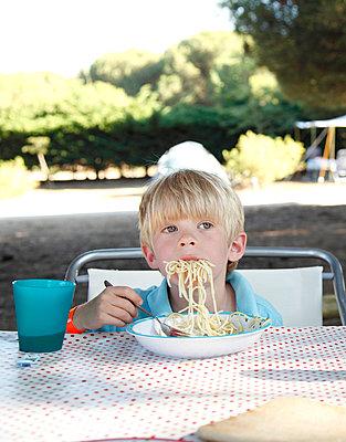 Spaghettiesser - p249m891182 von Ute Mans