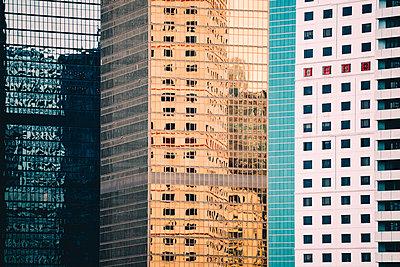 China, Hong Kong, Hong Kong Island, facades of skyscrapers, partial view - p300m2058773 von Gemma Ferrando