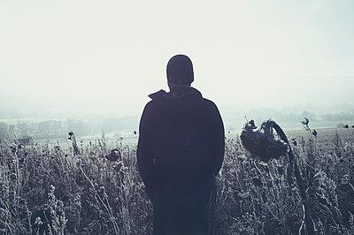 Mann in frostiger Wiese - p470m1481698 von Ingrid Michel
