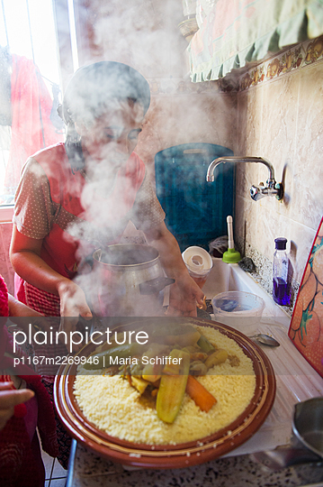 Morocco, Two women in the kitchen - p1167m2269946 by Maria Schiffer