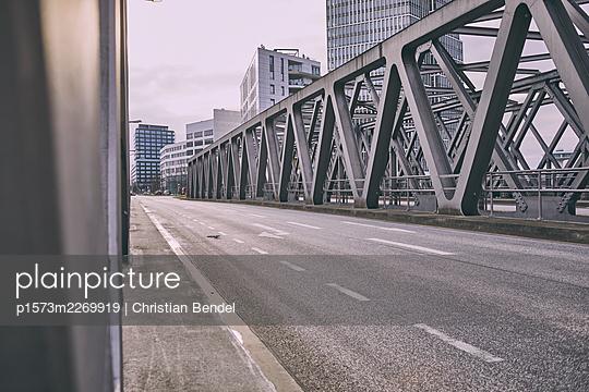 Port city Hamburg, bridge and high rises - p1573m2269919 by Christian Bendel