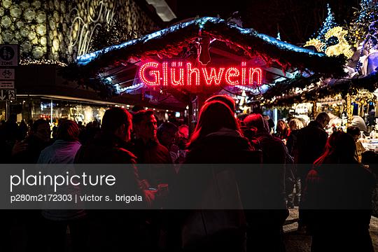 Weihnachtsmarkt, Glühwein Verkaufsstand - p280m2172303 von victor s. brigola