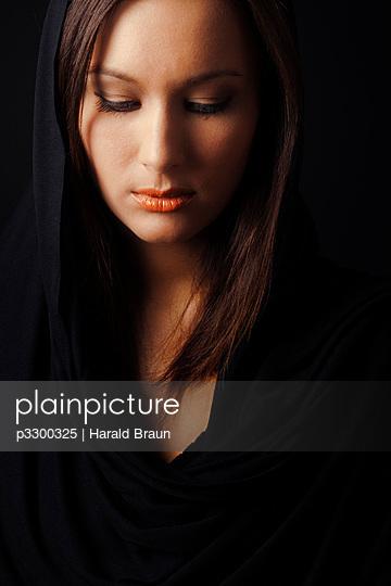 Frau mit Kopftuch - p3300325 von Harald Braun