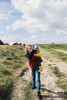Mutter mit Sohn auf dem Rücken - p1046m1467530 von Moritz Küstner