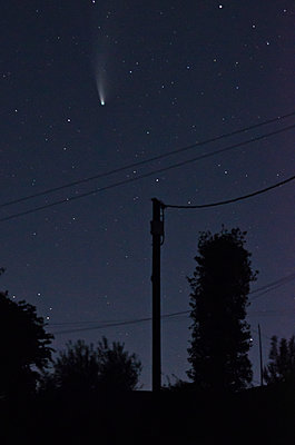 Comet Neowise in Nightsky - p1562m2245069 by chinch gryniewicz