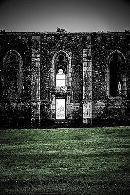 Alte Kirchenruine - p248m1355137 von BY