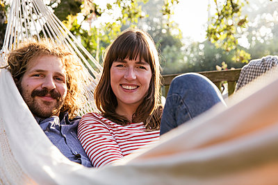 Couple in hammock - p788m2031181 by Lisa Krechting