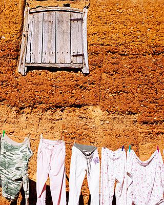 Wäsche trocknen - p1085m855376 von David Carreno Hansen