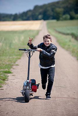 Junge mit Roller - p1437m1502361 von Achim Bunz